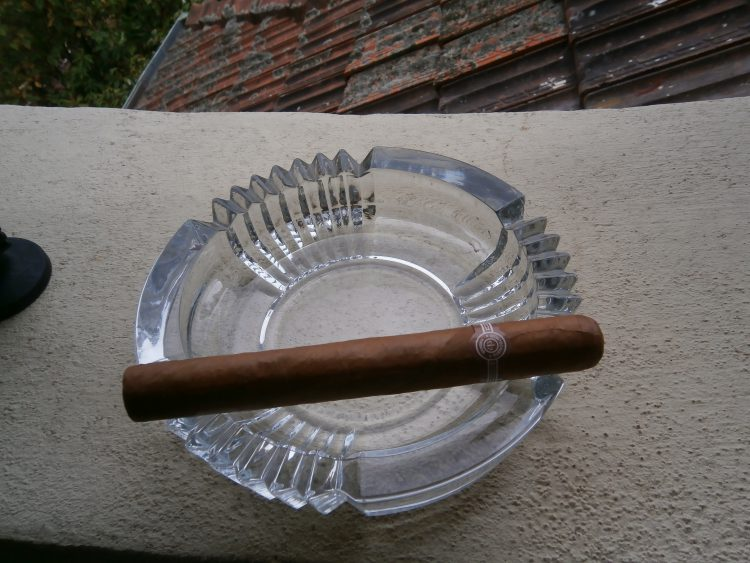 Montecristo Maravillas No.1 Colección Habanos 2005 unlit on a glass ashtray