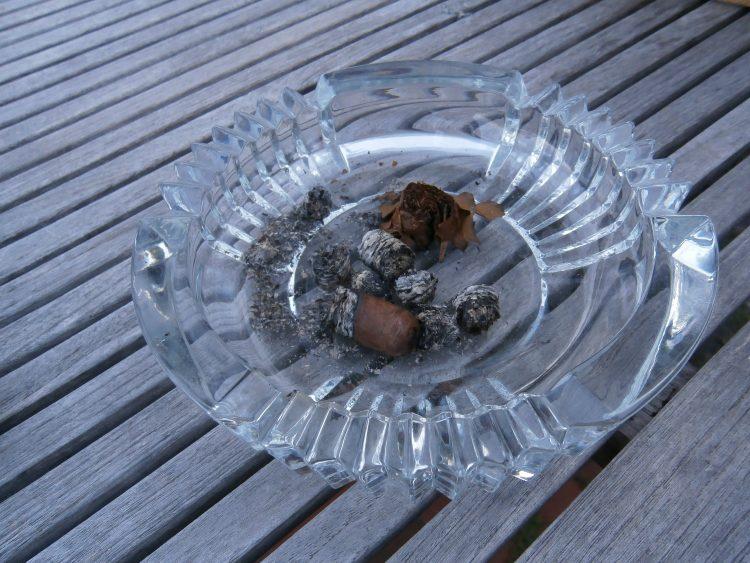 Montecristo C Edición Limitada 2003 nub in ash tray