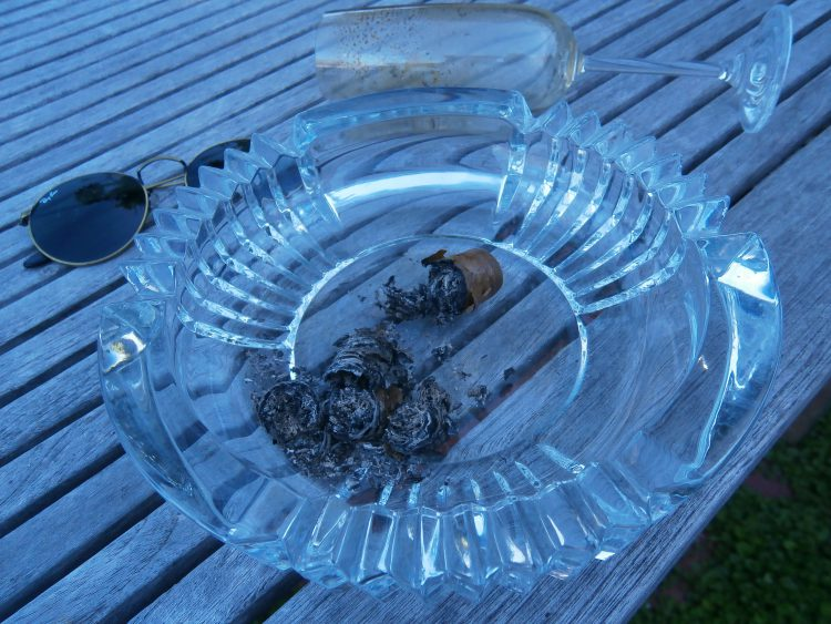 Montecristo Robusto Reserva del Milenio nub in glass ashtray