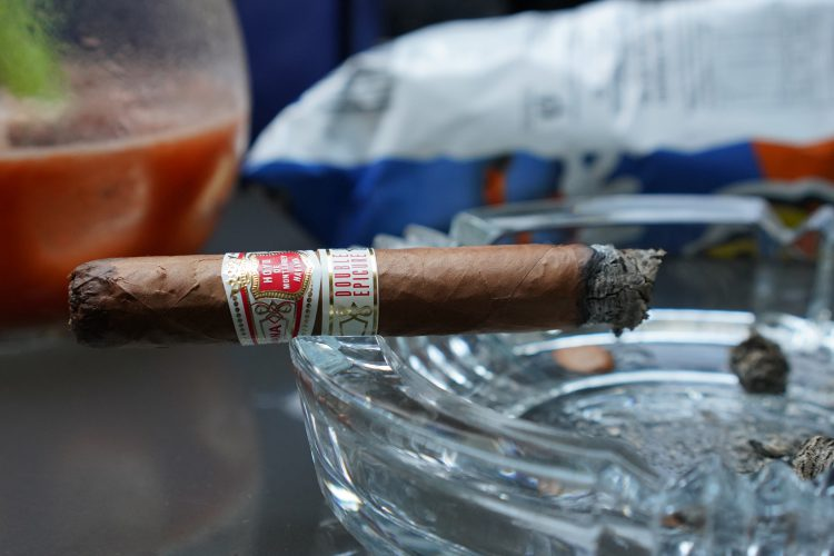 Hoyo de Monterrey Double Epicure with about a quarter smoked