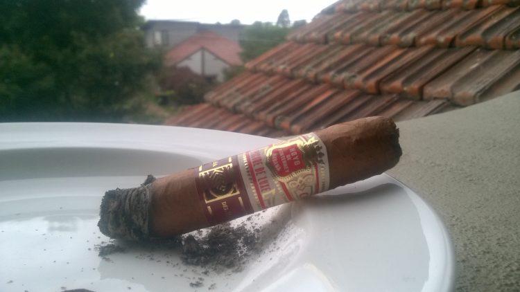 Hoyo de Monterrey Epicure de Luxe partly smoked.